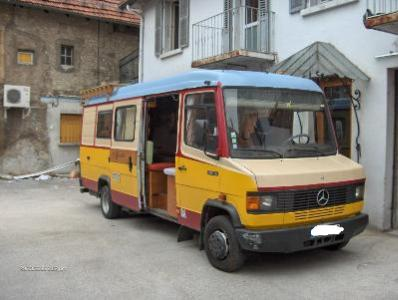 camping-car Mercedes et pots de peinture